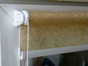 Рулонные шторы просто устанавливаются своими руками