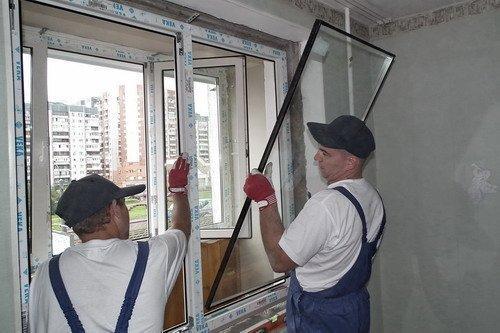 Стеклопакет устанавливается при монтаже окон и служит, пока его не разобьют.
