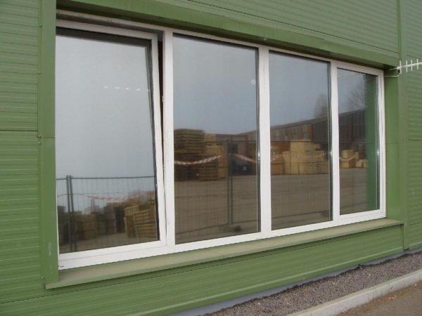 Полупрозрачная зеркальная пленка защищает помещение от перегрева в солнечную погоду.