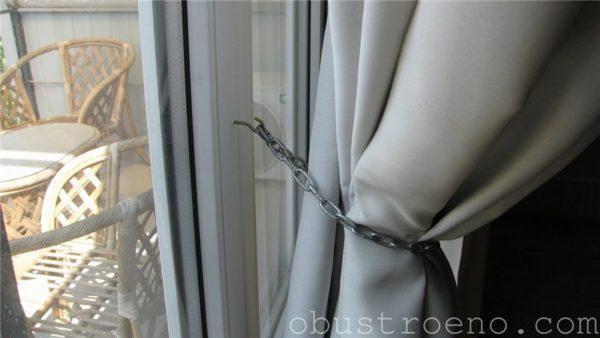Простейший механизм для крепления открытых штор, вывешенных на неподвижных крючках.