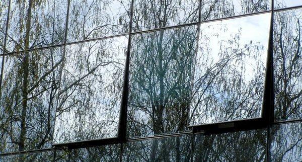 Поверхность светозащитного стекла обладает характерным металлическим блеском.