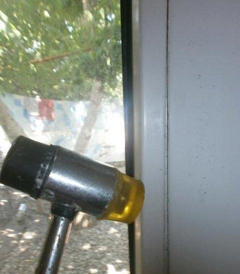 При установке штапиков на место используйте резиновый молоток.