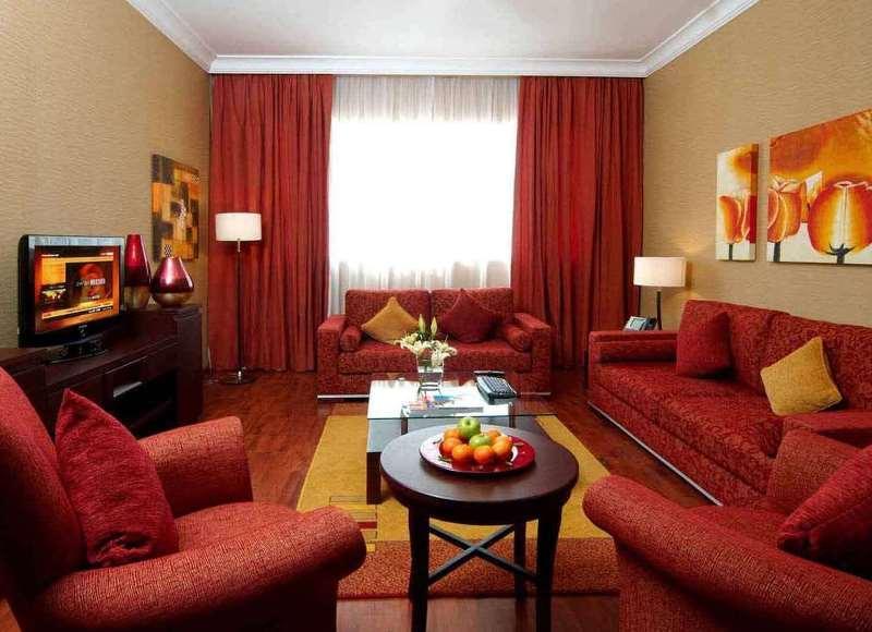 преобладание красного в гостиной