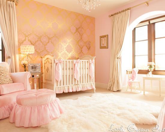 Бежевые шторы к золотисто-розовым обоям