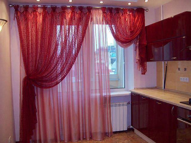 Асимметричные шторы для кухни более предпочтительны за счет удобства использования и нетипичного дизайна