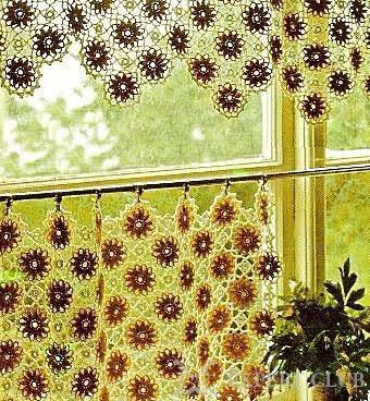 Один из вариантов дизайна вязаной шторы