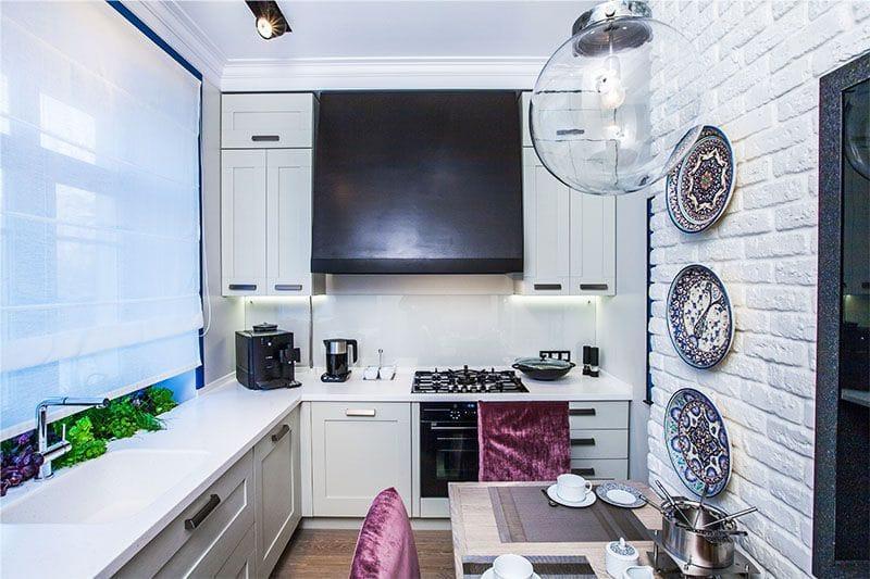 Интерьер кухни 9 кв. м в светлой гамме с красными акцентами