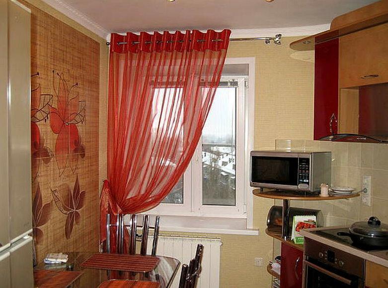 Полупрозрачная штора из красной ткани