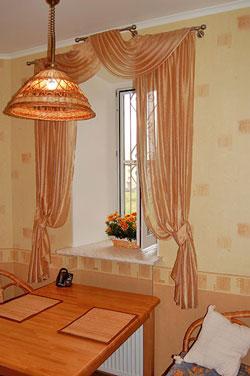 Выбираем дизайн шторы для кухни