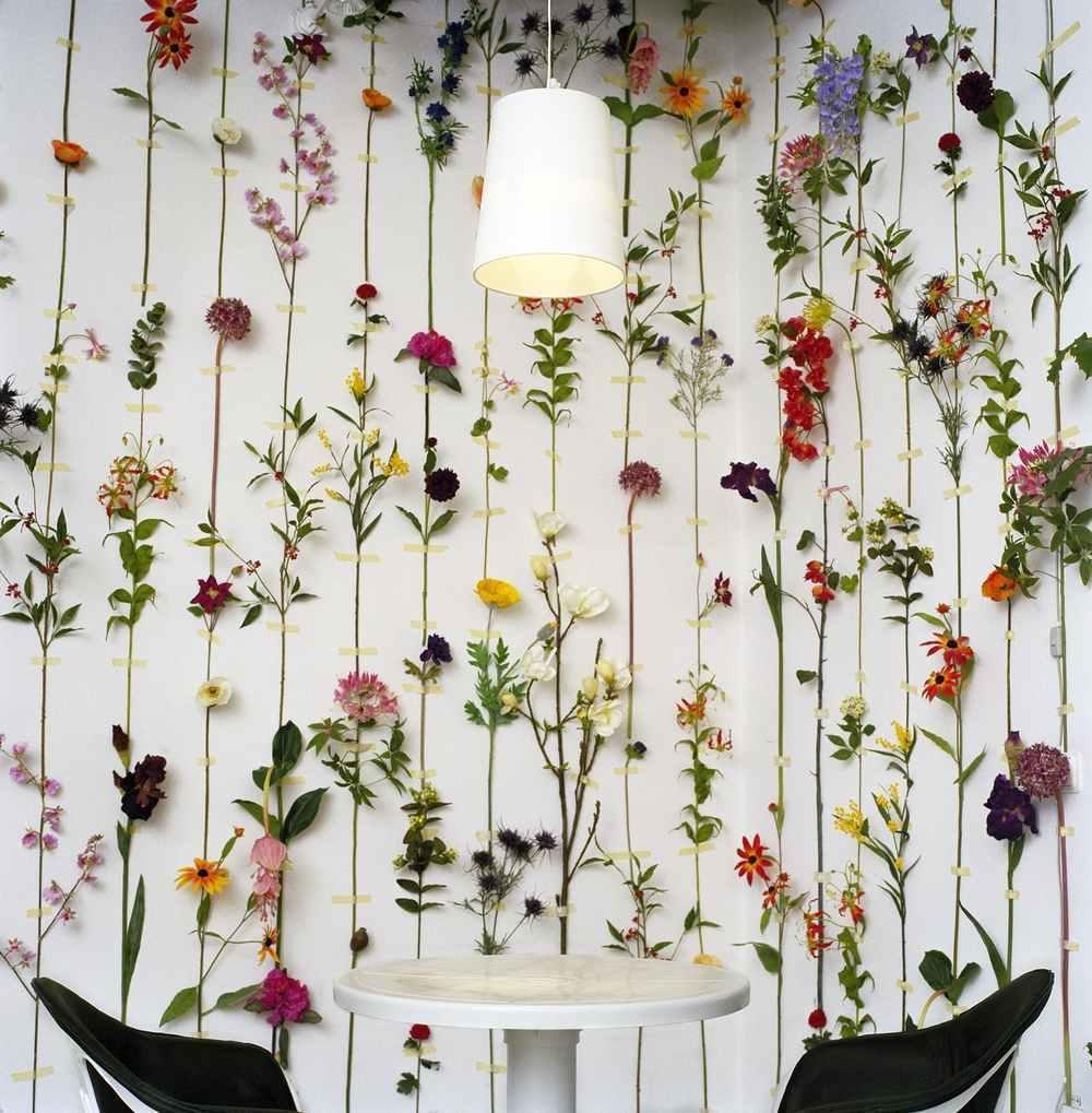 Оформить временно пустующую стену в светлом интерьере можно необычными нитяными шторами из цветочных бутонов. Такое украшение оживит любой заурядный интерьер