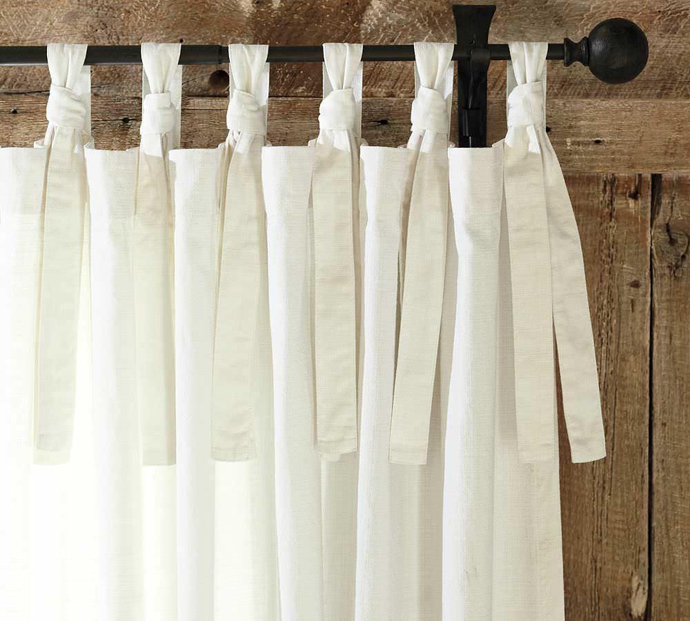 Короткие шторы можно удлинить за счет завязок, сшитых из той же ткани, или похожей, которые милыми бантиками будут фиксироваться на карнизе