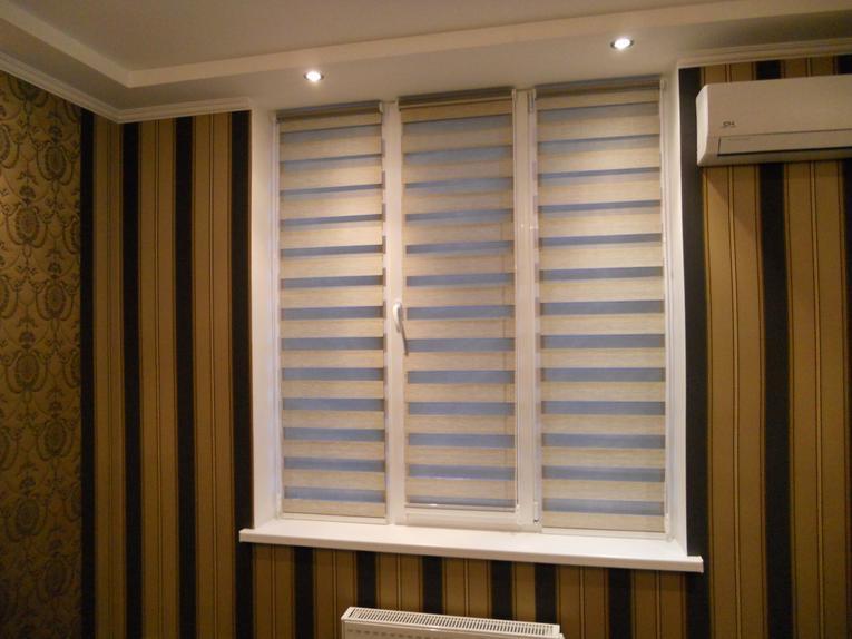 Рулонная штора в комнате с полосатыми обоями