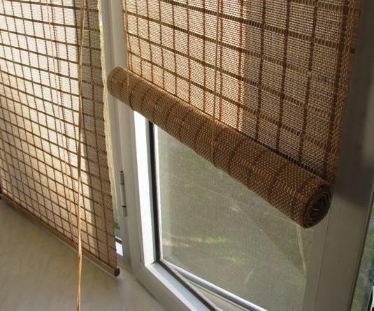Шторы бамбуковые на пластиковой двери
