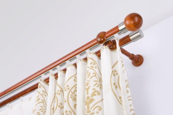 Стеновой карниз из дерева отлично подчеркнет изысканную мебель из такого же материала.