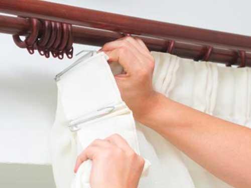 Подвешивание занавесей на специальные приспособления, которые должны прилагаться к стеновому карнизу.