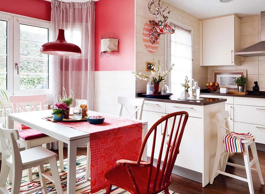 Для кухни лучше всего подходят короткие, регулируемые или легкие модели штор