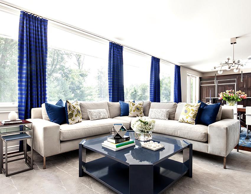 Для просторной гостиной можно выбирать любые шторы, главное, чтобы они подходили к общему интерьеру