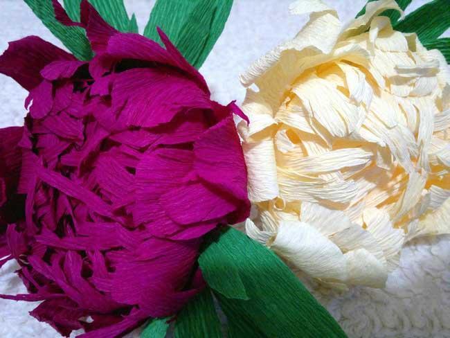 Оформить зал можно также и цветами из гофрированной бумаги, которые смотрятся очень естественно и натурально