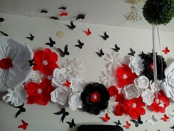 Для украшения зала отлично подходят цветы из бумаги, бумажные шары, гирлянды и различные изделия в технике оригами