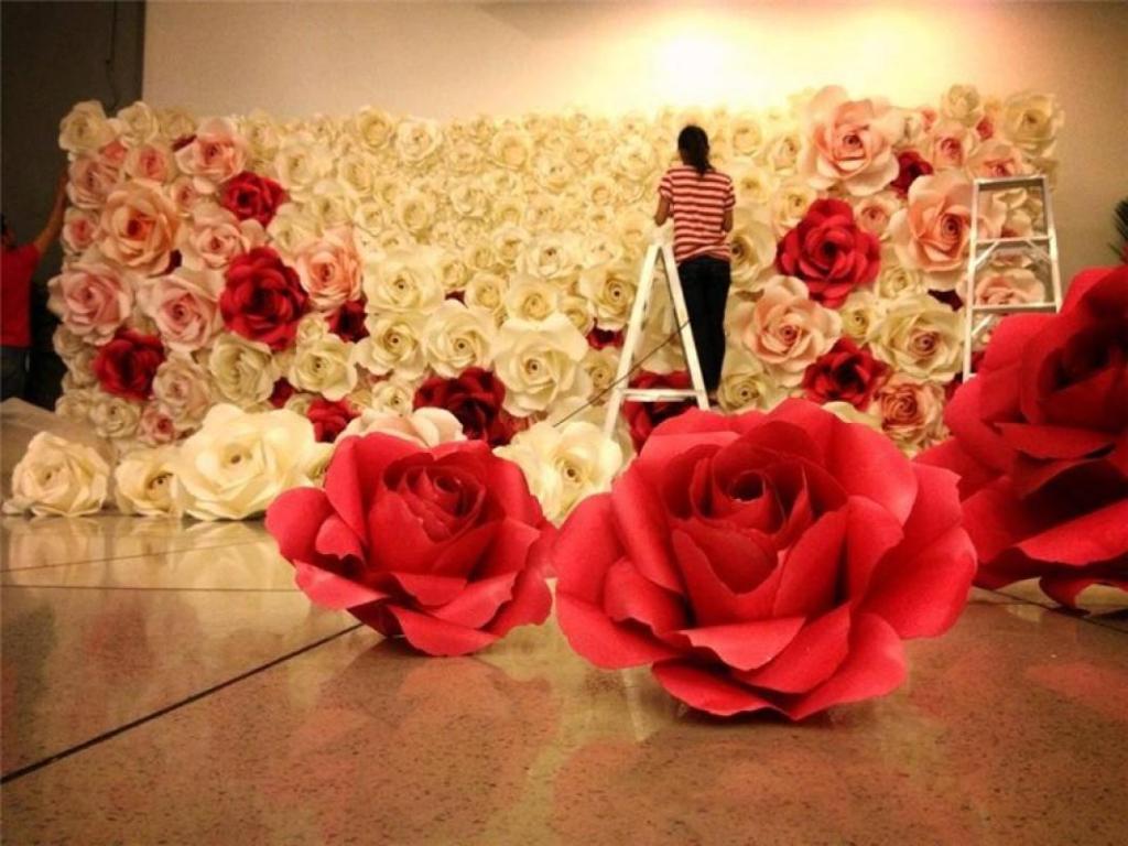 Украсить зал бумажными цветами можно по вашему желанию: на потолке и стенах, на полотне штор или тюля