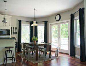 Темные шторы на кухне