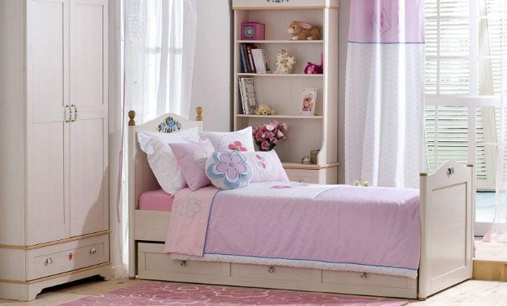 белые жалюзи в розовой комнате