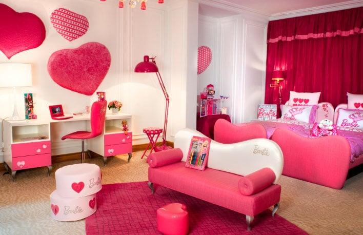красные шторы в розовой комнате