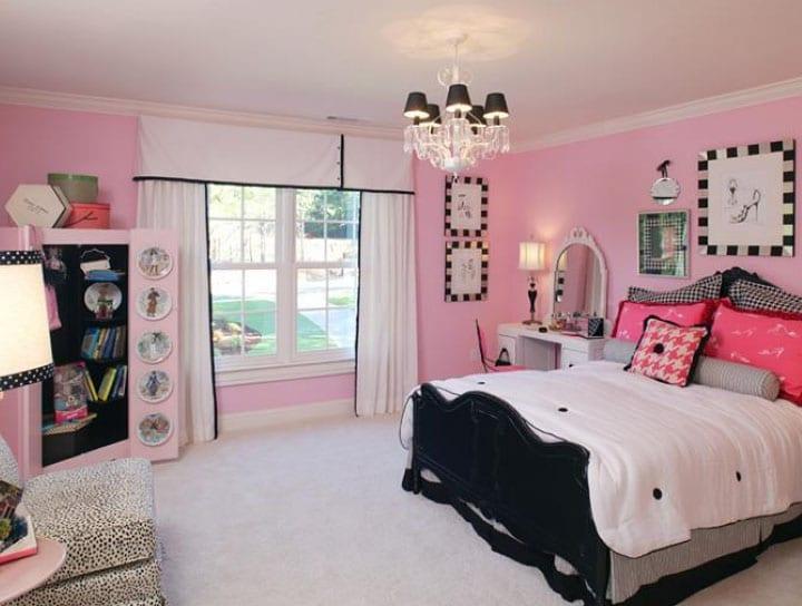 шторы в комнате с розовыми стенами