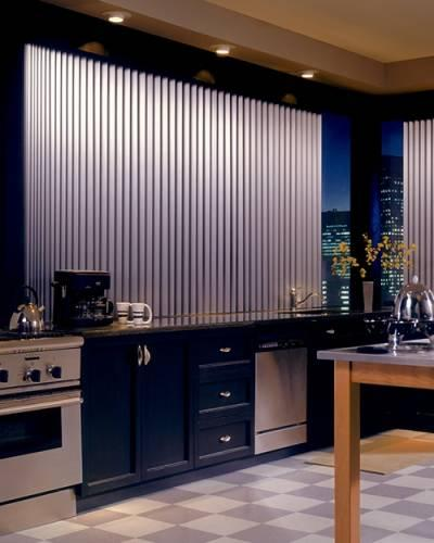 Алюминиевые жалюзи в интерьере кухни