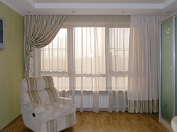 легкие шторы в интерьере гостиной