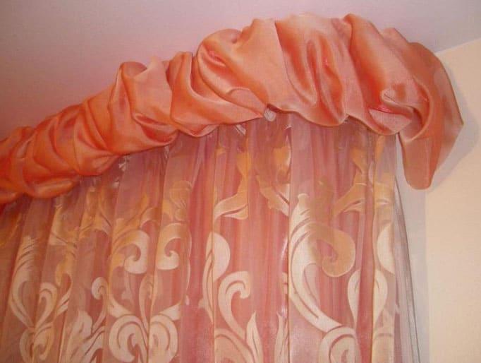 Буфы на оранжевых шторах