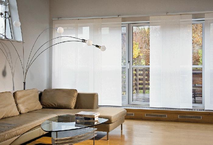 Японские шторы в минималистичной гостиной