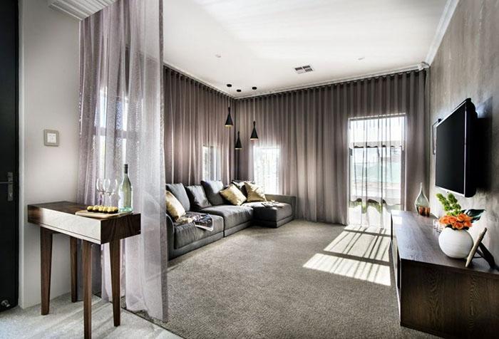 Полупрозрачные шторы в современной гостиной