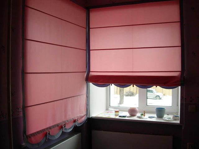 Нижняя часть шторы может быть выполнена в различных стилях и представлять собой кружеву, геометрические формы и так далее