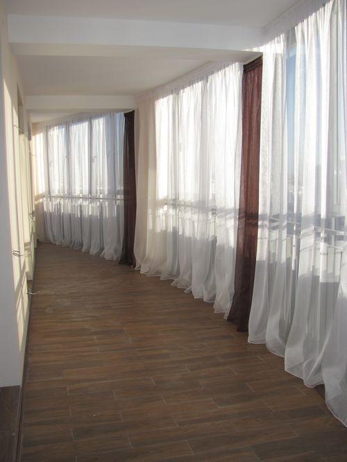 povesit-shtory-na-balkone_10
