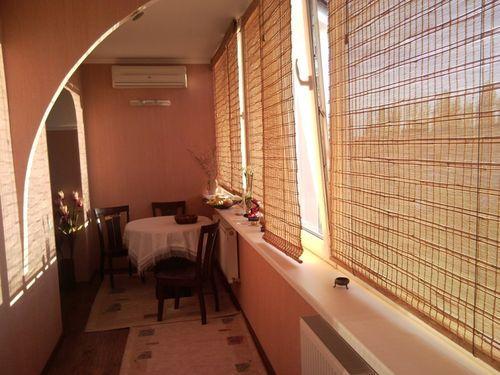 povesit-shtory-na-balkone_7