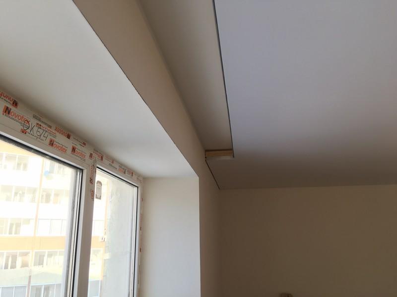 Белый матовый натяжной потолок с нишей для шторы.