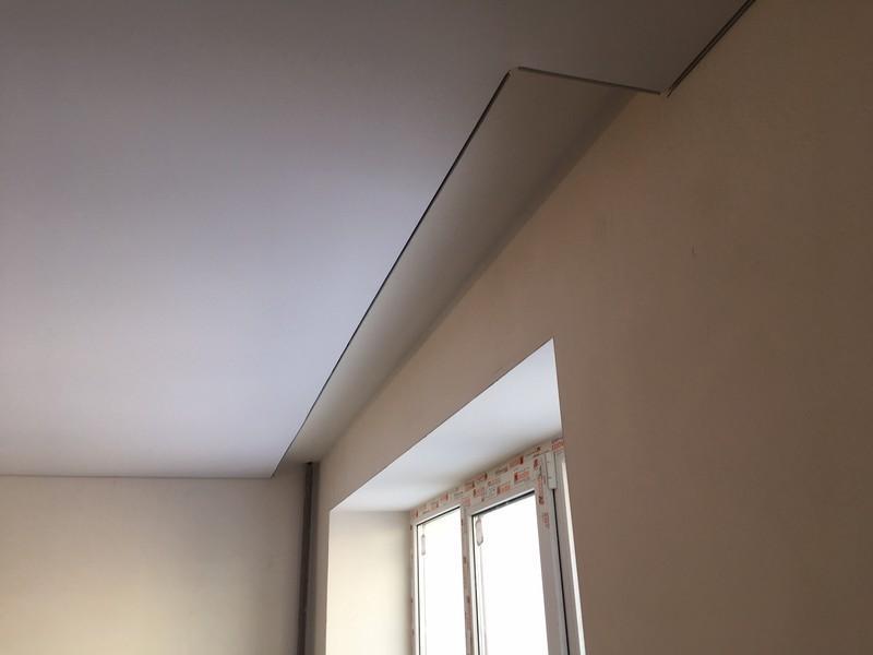 Ниша в натяжном потолке для шторы.