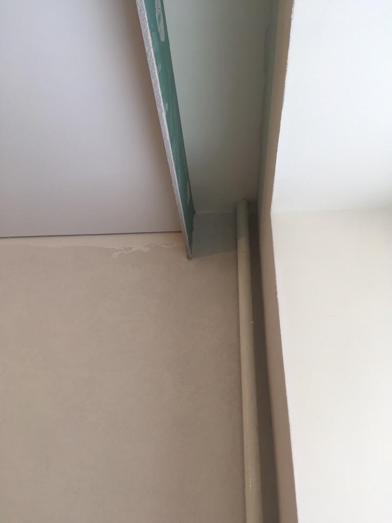 Вертикальная полка из полоски ГКЛ для декоративного карниза в нише натяжного потолка.