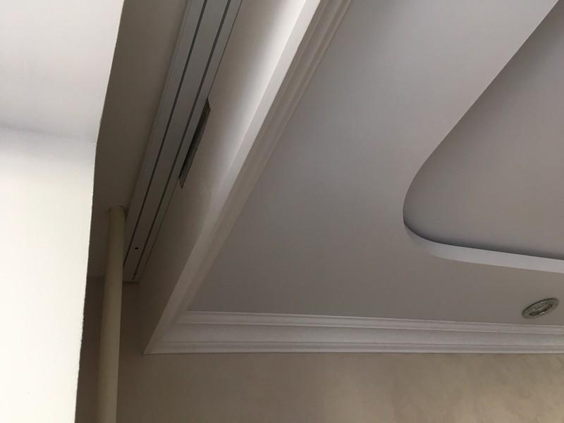 Натяжной потолок с нишей для штор.
