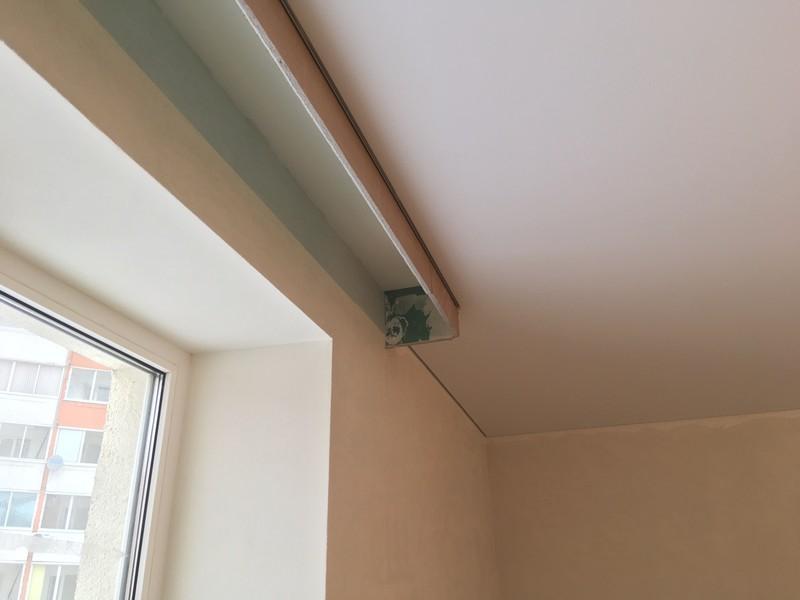 Полка из гипсокартона для потолочного плинтуса в нише для штор.