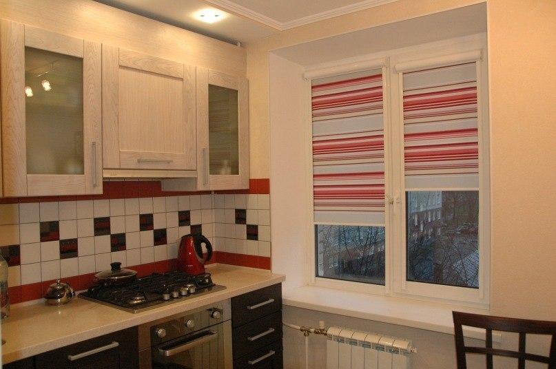 Полотно в полоску на рулонной шторе в кухне