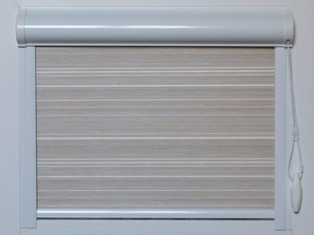 Кассетная рулонная штора с полотном в мелкую полоску