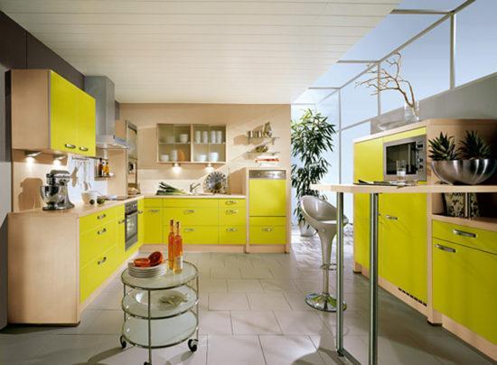 Желтая кухня с хромированными элементами