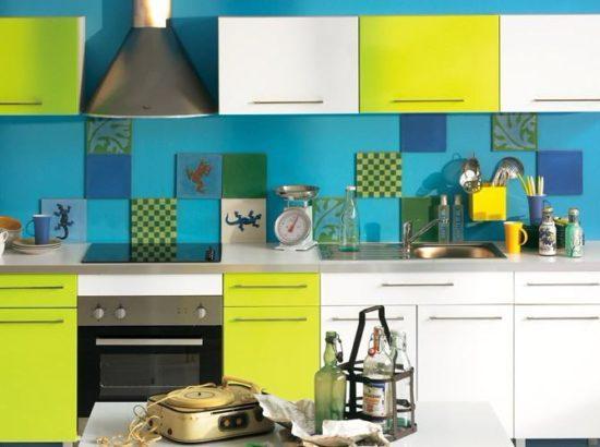 Сине-зеленый фартук на желтой кухне