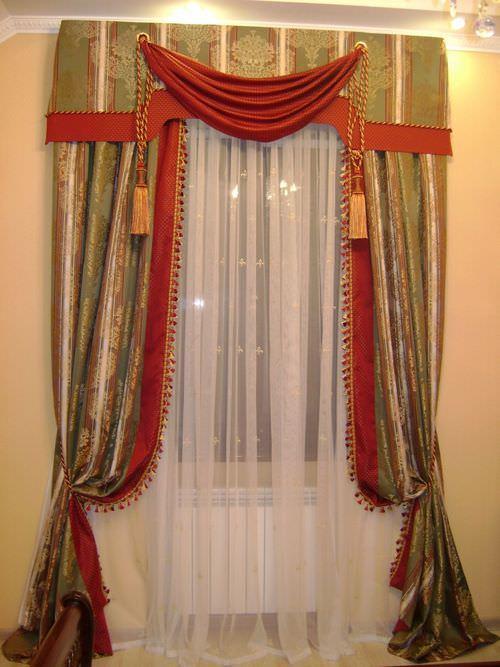 Оформление кухонного окна шторами с ламбрекеном из бархата оптимально подходит к стилю барокко
