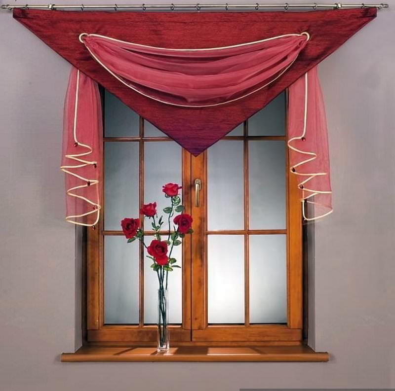 Полиэстер – довольно практичный материал, который часто можно увидеть в оформлении кухонного окна