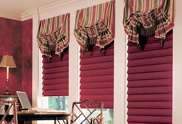 Бордовые римские шторы с равномерными складками