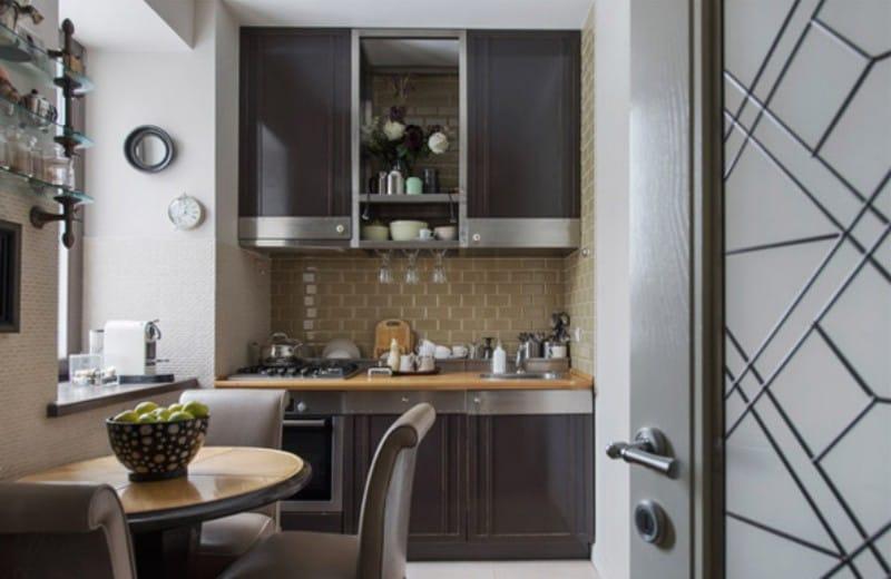 Кухня в коричневых тонах в классическом стиле