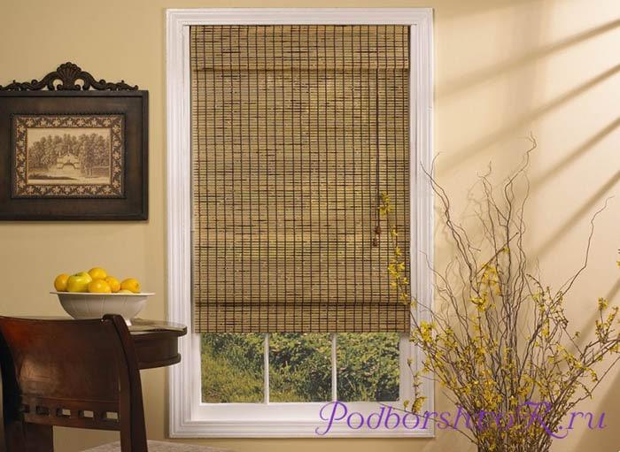 Окно с бамбуковыми шторами